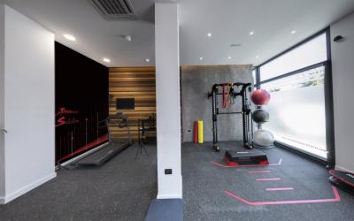 Pavimento Ecoflex de Paviflex y material fitness O'LIVE para el Centro Salutem