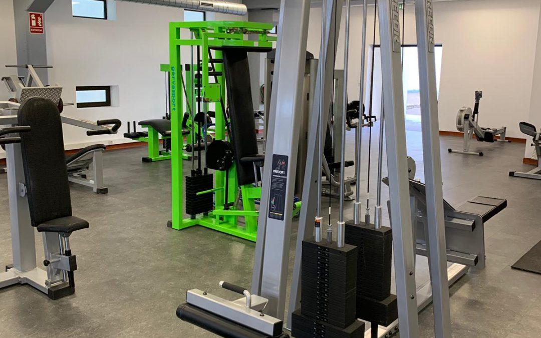 Máquinas de gimnasio y pavimento deportivo para nueva instalación en la Universidad de la laguna